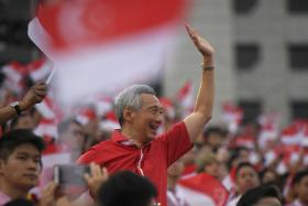 PM Lee Hsien Loong's annual salary is 2.2 million not 4.5 million Sing dollars