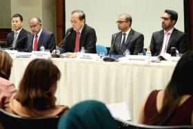 研究网络假信息问题的国会特选委员会今天召开记者会。