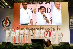 2016年第34届人民行动党干部大会,新当选的其中11名人民行动党中央执行委员在台上带领党员呼口号。