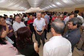 """李显龙总理本月14日在茨园民众俱乐部举行的""""咖啡聊天室""""闭门对话会上,与530名基层领袖进行对话。"""