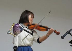 伊藤真波用义肢拉小提琴