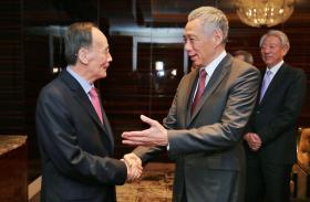新加坡总理李显龙设午宴招待前来出席彭博创新经济论坛的中国国家副主席王岐山,双方也讨论新中关系