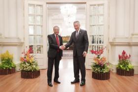 李显龙总理(右)和到访的马国首相马哈迪在总统府会面。