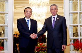 新加坡总理李显龙在总统府会见到访的中国国务院总理李克强。