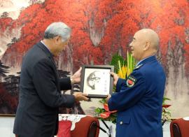 黄永宏今年10月在北京八一大楼同中共中央军事委员会副主席许其亮会面,双方互赠礼品。