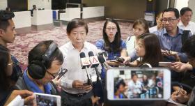我国交通部长许文远今天下午在实里达机场接受媒体采访,就马国提出拿回柔南领空管理权一事做出回应。