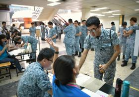 正规军人与国民服役人员签到