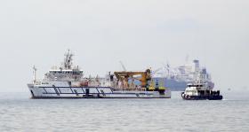 一艘马来西亚政府(左)与一艘新加坡警察海岸卫队船只出现在我国大士海域一带。(海峡时报)