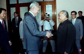 1988年9月14日至22日,时任我国李光耀总理应中国政府之邀,到中国作为期9天的官式访问。9月17日,李光耀在人民大会堂与邓小平进行了他们之间的第四次的会面。(档案照)