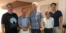 建国总理李光耀的次子李显扬(左三)力挺人民行动党前议员陈清木(左二)另立政党。(互联网)