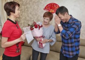 刘燕玲昨晚亲自将结婚证书送上王雷家。(联合早报)