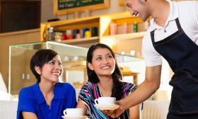 外劳政策收紧业者怕怕 本地人到底多不想投身服务业