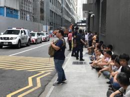 客工静坐抗议,为自己讨回公道。