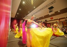 新加坡宗乡总会团拜上的华族舞蹈表演