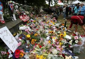 新西兰基督城的居民为恐袭枪击案的受害者献花