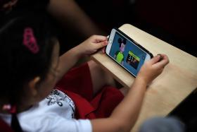 究竟几岁让孩子用手机最好?