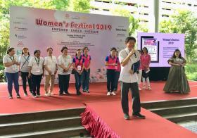 许文远部长跌倒骨折后,首次亮相妇女节活动。(取自许文远面簿)