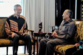 李显龙总理(左)去年5月19日在马国布城与马哈迪会面。(李显龙面簿)