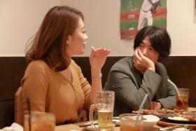 """""""出租大叔""""创始人西本贵信与客户在一间温馨的餐厅聊天吃饭。(互联网)"""