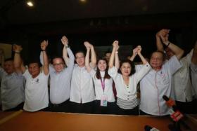 民行党候选人黄诗怡(右五)在山打根国席补选中获胜。