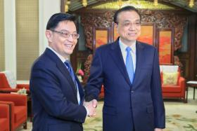 在中国访问的我国副总理兼财政部长王瑞杰与中国总理李克强会面。