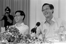 虽有好朋友情谊却依旧未能消弭时任总统的王鼎昌(左)与政府的冲突,吴作栋深感遗憾。 (海峡时报档案照片)