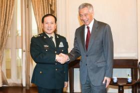李显龙总理(右)今早在总统府会见来新出席香格里拉对话的中国国务委员兼防长魏凤和(左)。(联合晚报)