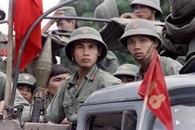 越南从柬埔寨撤军之后,越南军人在1989年9月20日等待离开柬埔寨。(法新社)