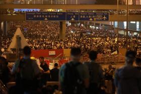 """香港民众""""反送中""""行动升级 警方出动催泪弹镇压"""