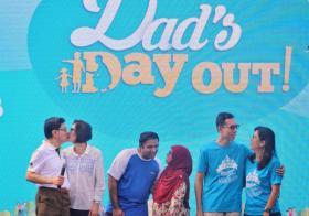 王瑞杰(左一)和太太章慧霓(左二)16日携手出席在体育城举办的父亲节活动,并两度亲吻对方,以感谢彼此为孩子和家庭所付出的努力。