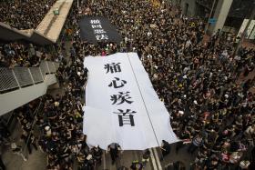 """香港人为何誓不退让 """"反送中""""反的是什么?"""