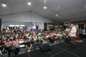 新加坡书展5月30日拉开帷幕,第一天请来作家梁文道讲《香港往事——在身份认同政治以外》。在提问时间,有观众问梁文道对新加坡华文有何看法,梁直说新加坡华文教育最大的问题在于把华文当成工具。