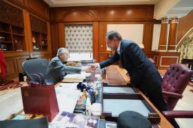马哈迪改口称没说3年内交棒 公正党分裂土团党在偷笑?