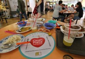 小贩中心桌上经常可见剩饭剩菜。