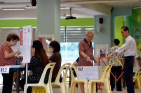 2015年新加坡全国大选,选民在位于的康达小学(Cantonment Primary School)的投票站投票。(海峡时报)