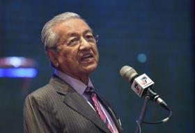 """马国首相马哈迪突然公开指责董教总是""""种族主义者"""",让这波""""爪夷文风波""""掀起另一股惊涛骇浪,把教育课题正式转为种族纷争。"""