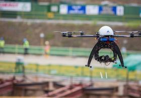 陆交局使用无人机在汤申-东海岸线的加利谷站建筑工地监督施工进度。