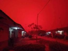 印尼持续燃烧中的多个火点释放出大量烟霾,造成瑞利散射现象,导致印尼天空染上一片红。(互联网)