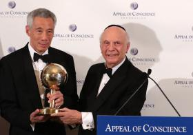 """李显龙总理在第54届良知基金会颁奖晚宴上,获颁""""世界领导人奖""""。"""