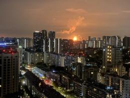 """新加坡西部多了一个""""太阳"""" 已经两天两夜没下山了"""