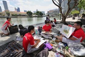 学生们在新加坡河畔即兴作画