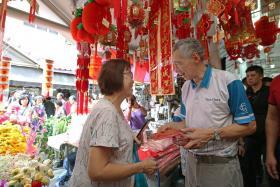 李显龙总理走访德义区的新春年货市场