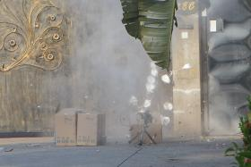 箱子丢在领事馆门口就走人 N95口罩被当炸弹瞬间被炸飞