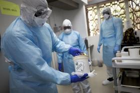 医护人员在运载冠状病毒样本