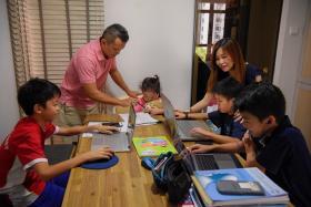 居家学习(home base learning)全面进行,学校变了禁地,家里成了学堂。