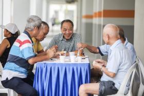 工人党阿裕尼集选区议员刘程强(中)受伤住院的消息发布后,政府内阁成员与各反对党纷纷表达关切和慰问。