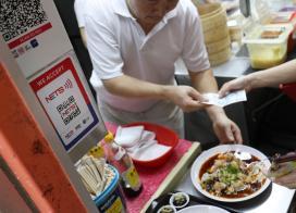 新加坡小贩中心还是使用现金多过电子收费