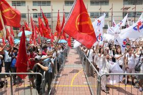 2015年大选提名活动结束后,行动党和工人党的支持者在提名站为候选人欢呼造势
