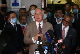 马国前首相纳吉罪成判监12年 法官:称自己被骗的说法太牵强
