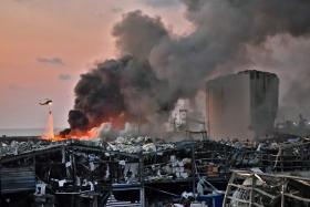 爆炸发生后,黎巴嫩政府出动直升机灭火